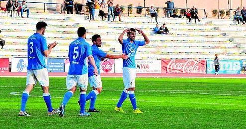 En la imagen, el ya ex jugador del San Fernando Ale Granado, celebra un tanto.