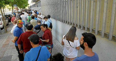 Imagen de béticos guardando cola en el Benito Villamarín.