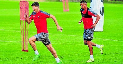 El italiano Marco Andreolli y el franc�s Timothe� Kolodziejczak, relevos naturales para el centro de la defensa, durante un entrenamiento.