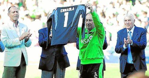 José Ramón Esnaola recibe el homenaje de la afición en el Betis-Zaragoza de la 12/13.