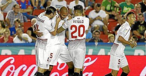 Vitolo felicita a N´Zonzi tras marcar el gol.