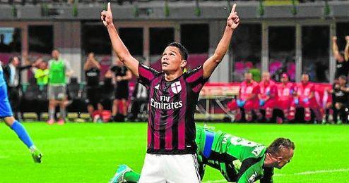 Carlos Bacca celebra su tanto con la el�stica del Milan.