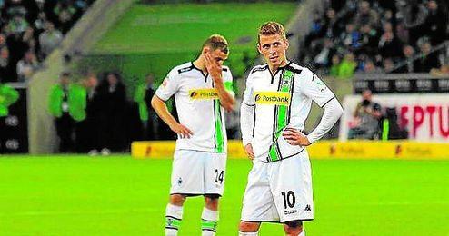 Thorgan Hazard, en primer plano, y Tony Jantschke, al fondo, muestran su tristeza en el último choque.