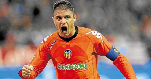 Joaquín celebra un gol con la camiseta del Valencia.