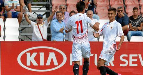 Los jugadores sevillistas celebran el primer gol.