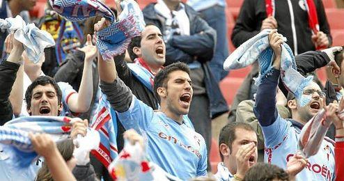 Aficionados del Celta animan a su equipo.