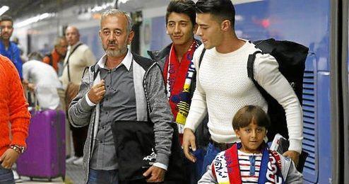 Abdul Mohsen junto a sus hijos y el alumno de CENAFE, durante la escala en Barcelona.