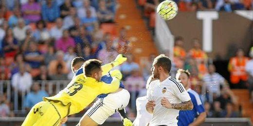 En la imagen, Adán despeja un balón en Mestalla.