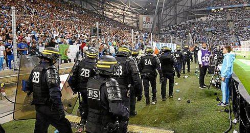 El �rbitro del Marsella-Lyon, que termin� en empate a 1, interrumpi� anoche el encuentro en dos ocasiones ante el lanzamiento de objetos por parte del p�blico marsell�s.