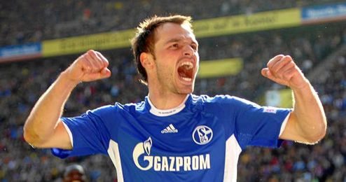 Westermann sabe lo que es celebrar goles ante un directo rival.