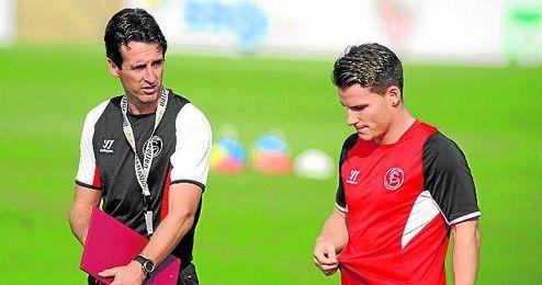 Emery conversa con Gameiro en una sesión de la 13/14, el primer año del galo en el club.