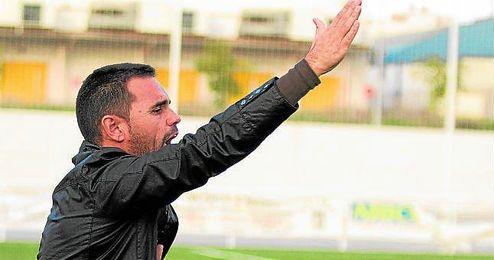 En la imagen, Dioni Arroyo, entrenador del Lora, realizando instrucciones a sus jugadores.