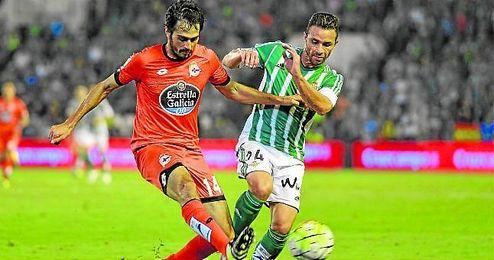 Rubén Castro pugna por un balón con Alejandro Arribas.