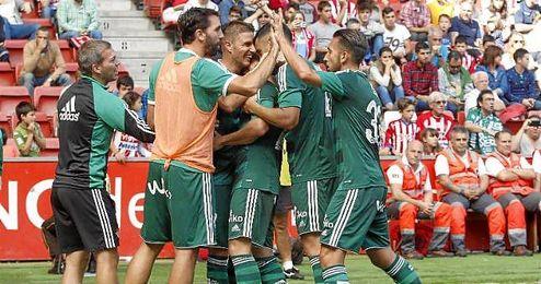 Los jugadores del Betis celebran un gol en El Molinón.