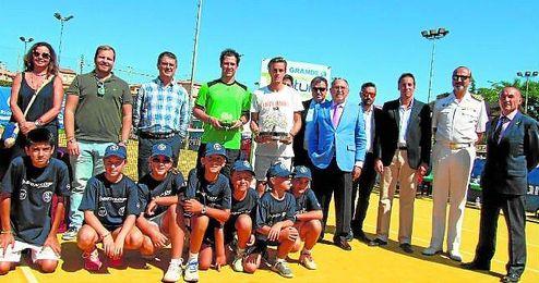 Arthur de Greef y Rafael Camilo, finalistas del torneo, junto a las autoridades presentes en la A.R. R�o Grande.