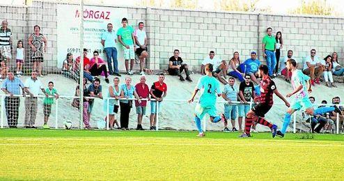Momento en el que el gerenero Juan Antonio hace el cuarto gol de su equipo ayer ante la Lebrijana.