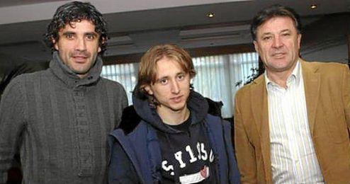 Modric junto a los hermanos Mamic (Zoran a la izquierda de la foto y Zdravko a la derecha).