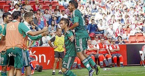 Rubén Castro celebra el tanto de la remontada en Gijón.