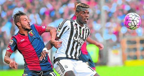 Diogo Figueiras, lucha por el bal�n con Pogba durante el partido en el que enfrent� al Genoa con la Juventus.