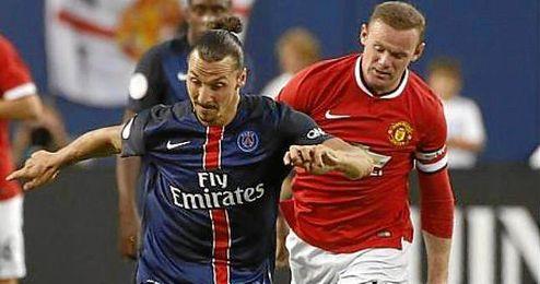 Ibrahimovic y Rooney durante un partido entre el PSG y el Manchester United.