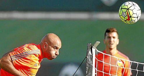 Abdennour, en un entrenamiento con el Valencia.