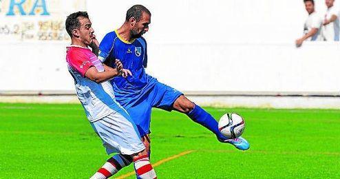Jesús Blanco (izquierda) presiona al centrocampista defensivo del Alcalá Jorge Vázquez, en un lance del reciente Utrera-Alcalá.
