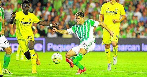 Cejudo dispara a porter�a en el partido ante el Villarreal.