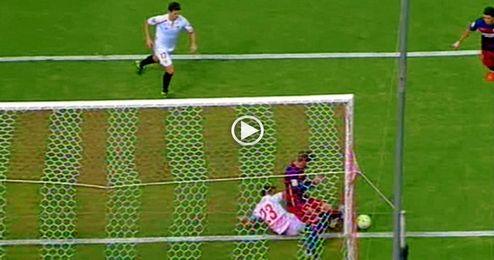 (Vídeo) ¿Alguien se explica por qué Piqué no mete la pierna?