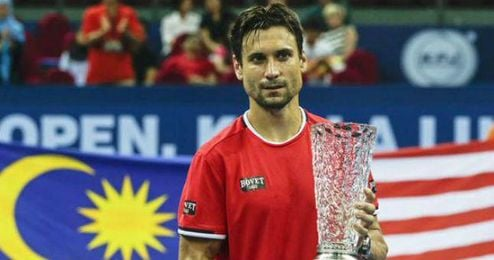 Ferrer posa con el trofeo de campeón.