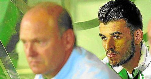 Dani Ceballos vio todo el partido de Vallecas desde el banquillo.