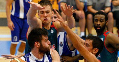 El checo Balvin trata de taponar a un rival.