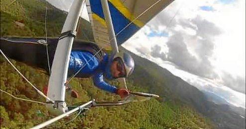 �lvaro Id�goras haci�ndose un �selfie � durante un vuelo.