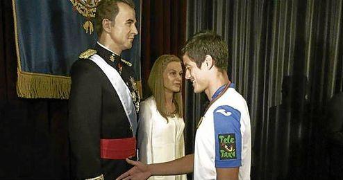 El capit�n del 'Lega', Mart�n Mantovani, saluda a la figura de cera del rey.