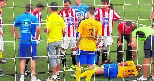 El nazareno Fran Ruiz lesionado en el partido ante el Mor�n.