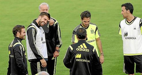 Piqué, sonriente, en un entrenamiento con España.