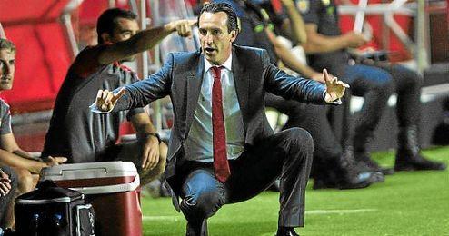 Emery da instrucciones a sus jugadores durante un partido de esta temporada.