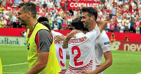 Iborra celebra su gol al Barça con Trémoulinas.