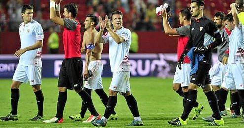Konoplyanka aplaude a la grada del Sánchez Pizjuán tras un partido.