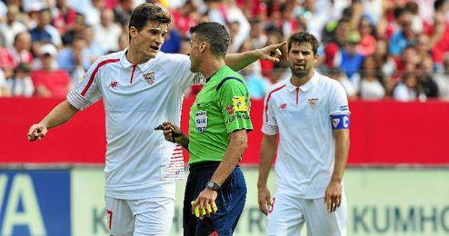 Andreolli dialoga con el ábitro durante el partido ante el Barcelona.