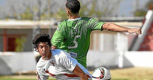 Carlos Fernández lucha por un balón.
