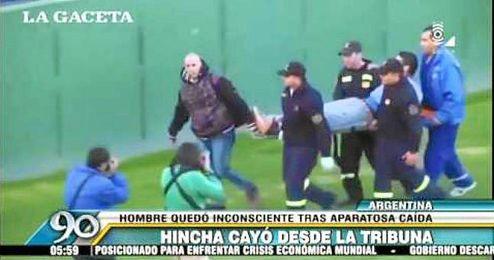 El hincha argentino es atendido por las asistencias sanitarias.