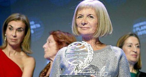 La galardonada recogiendo su premio en la gala.