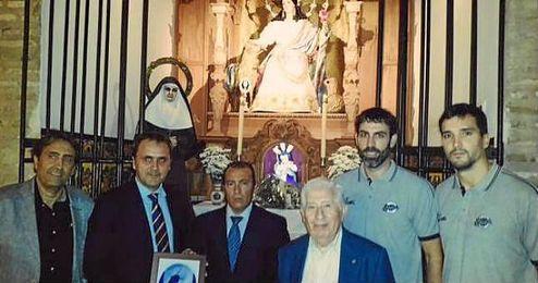 Casimiro y el resto de la representaci�n del club ante la Pastora de Triana.
