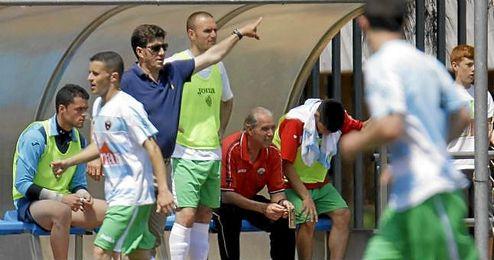 Diego Rom�n, en el banquillo del Anexo al Polideportivo, en un Mairena-Cabecense de la 12/13.