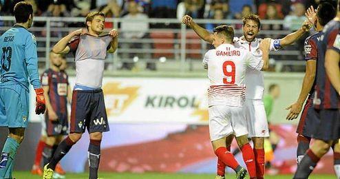 Gameiro y Coke celebran el tanto del empate en Ipur�a.