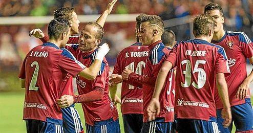 Los jugadores de Osasuna celebran el gol al Albacete.