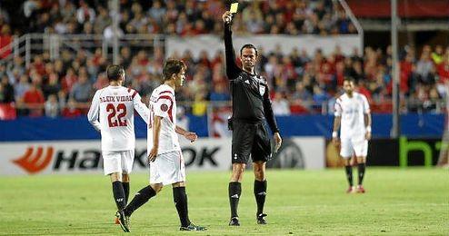 Baj Nijhuis muestra amarilla a Denis en el Sevilla-Zenit.