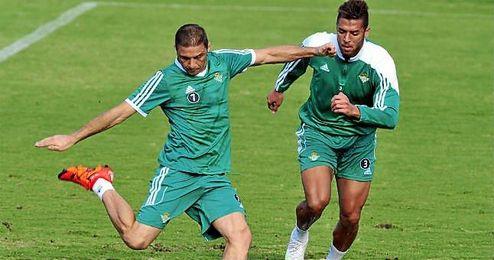 Tarek defendiendo a Joaquín en un entrenamiento del Betis.