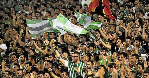 La afición del Real Betis animando a sus jugadores.