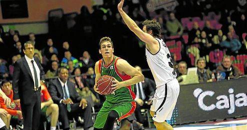 La incorporaci�n del serbio Nikola Radicevic al Baloncesto Sevilla tendr� que seguir esperando, ya que pasar� en Santander por el quir�fano.